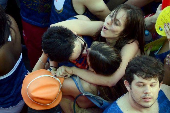 Beijos acontecem com frequência no carnaval