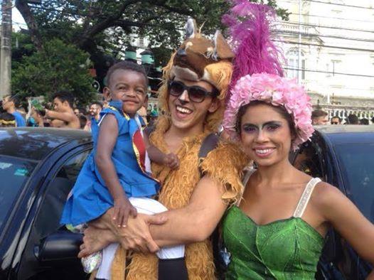 Pais com filho fantasiado de macaco