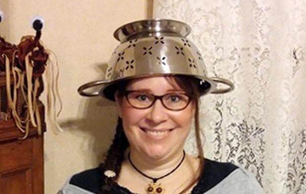 Fiéis da igreja utilizam escorredor de macarrão na cabeça  (Crédito: Darrick Fauvel/AP)