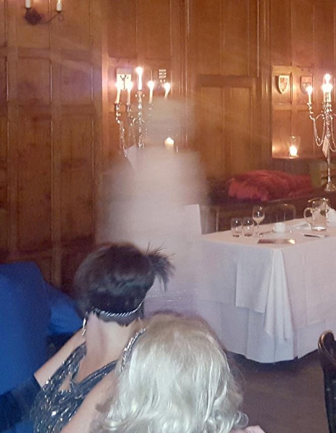 Fotografa registra fantasma após convidados sentirem calafrio (Crédito: Reprodução)
