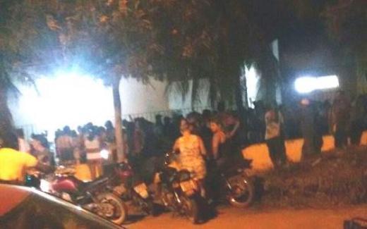 Movimentação em frente ao Hospital que recebeu os três homesn mortos na quinta-feira, dia 25