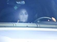 Kim Kardashian é flagrada dirigindo com um celular na mão; fotos