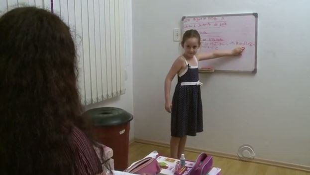 Já pensando no futuro, Aline diz que pensa em ser professora (Crédito: Reprodução)