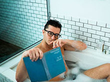 Klebber Toledo aparece pelado dentro de banheira e anima fãs na web
