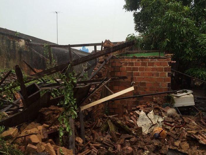 Telhado de oficina desaba e deixa mulher presa em escombros (Crédito: Reprodução)