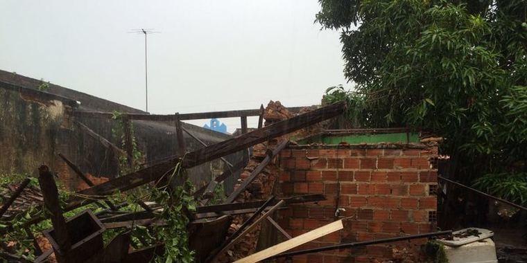 Telhado de oficina desaba e deixa mulher presa em escombros