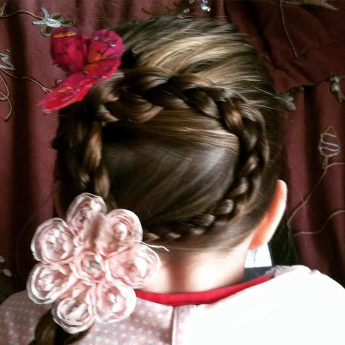 Pai faz sozinho lindas tranças no cabelo de sua filha (Crédito: Reprodução)