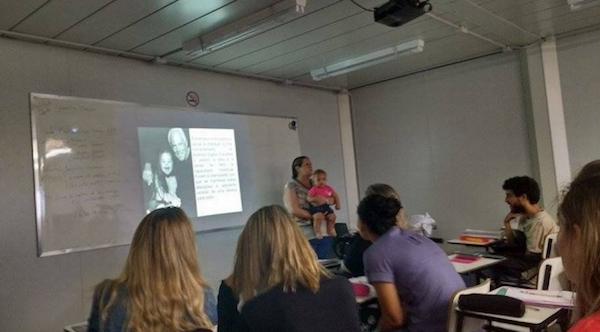 Professora pegou o bebê para que a mãe ficasse atenta na aula