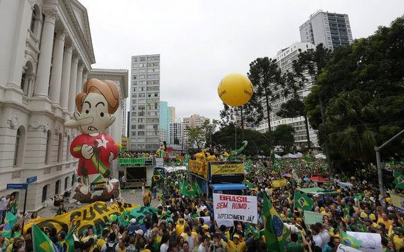 Protesto em Curitiba reúne 110 mil pessoas
