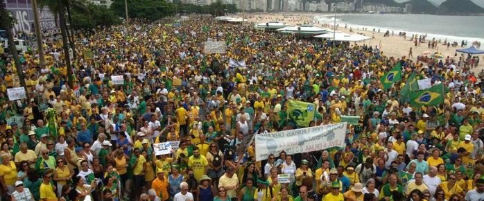 Protesto contra o governdo Dilma em Copacabana, no Rio de Janeiro