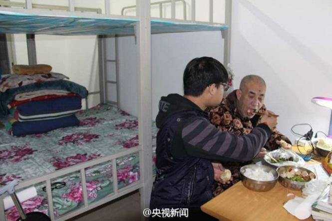 Ele cuida do pai doente e o leva para universidade