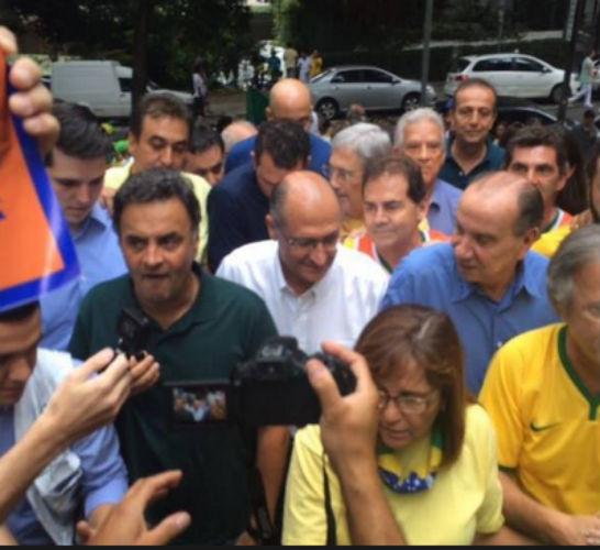 Aécio e Alckmin são hostilizados em manifestação
