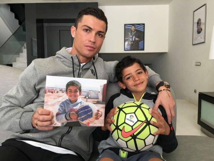 Cristiano Ronaldo ajuda criança refugiada da guerra na Síria (Crédito: Reprodução)