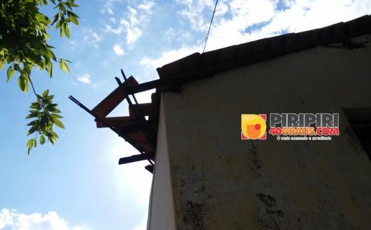 Parte do teto de escola desabou em Piripiri  (Crédito: Piripiri 40 graus)