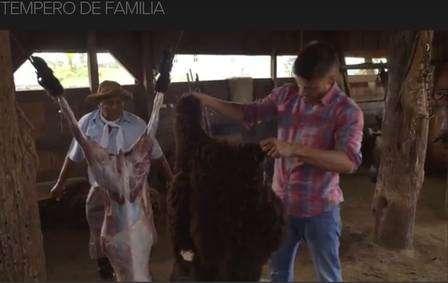 Rodrigo Hilbert causa revolta ao abater ovelha em programa (Crédito: Reprodução)