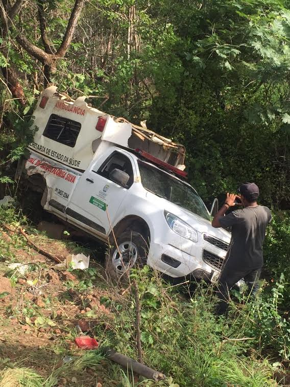 Acidente com ambulância de 3 mortos e 4 feridos