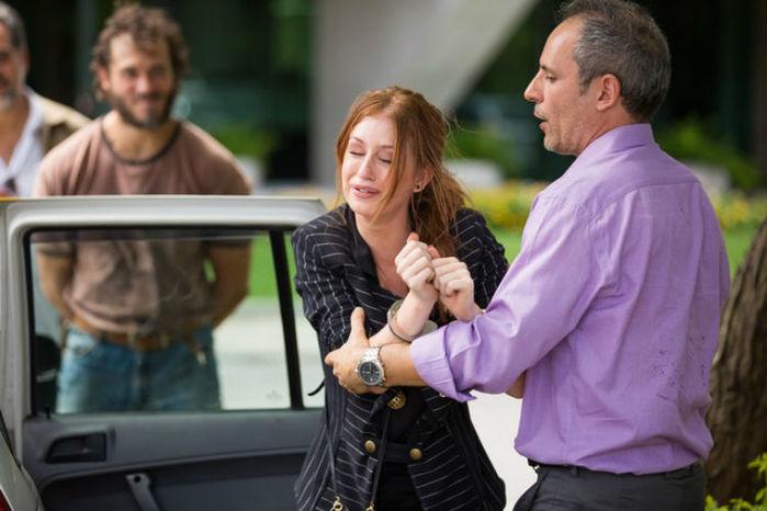 Eliza será presa e levada algemada para delegacia