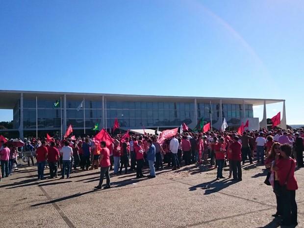 Grupo a favor do governo fazem ato em frente ao Palácio do Planalto (Crédito: Reprodução)