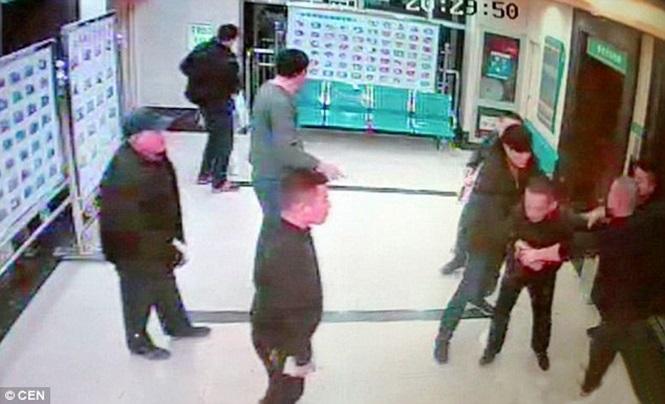 Descontrolado, homem tenta atear fogo em enfermeira na China (Crédito: Reprodução)