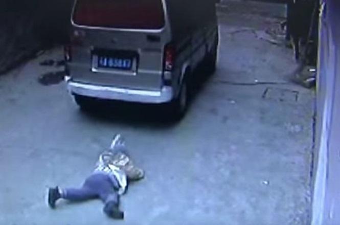 Carro passa por cima de criança que sai ilesa do acidente (Crédito: Reprodução)