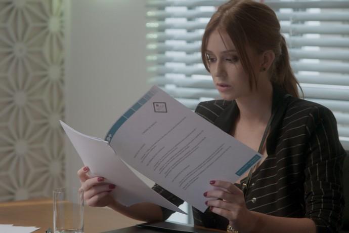 Ganhadora do concurso, Eliza assina contrato e Carolina se irrita (Crédito: Reprodução)