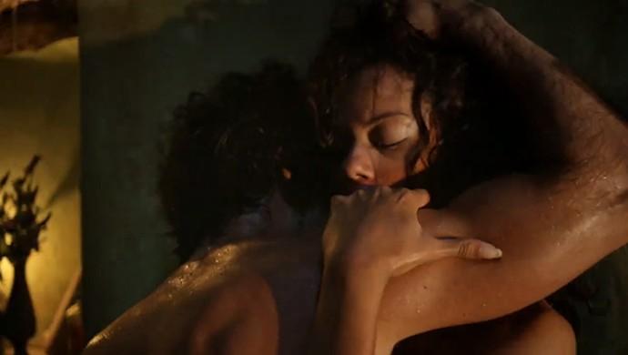 Afrânio e Leonor se arriscam e fazem amor (Crédito: Reprodução)