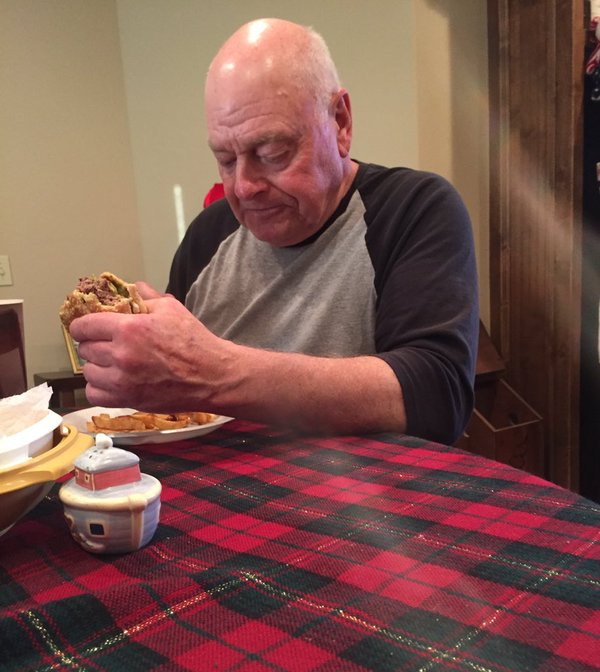 Avô prepara jantar para os netos e eles não aparecem