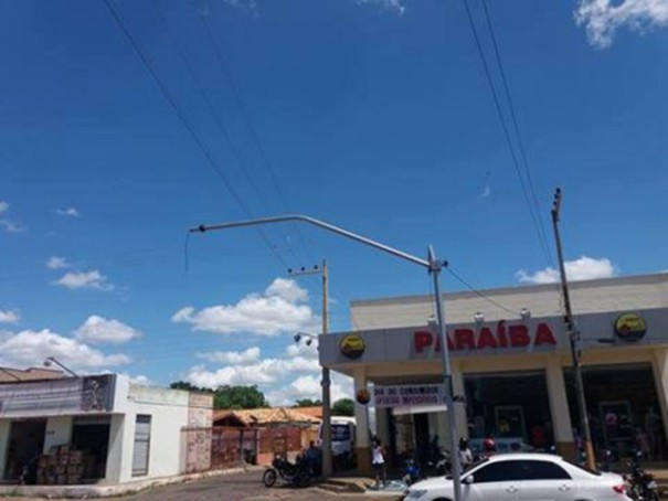 Semáforo arrancado em Oeiras