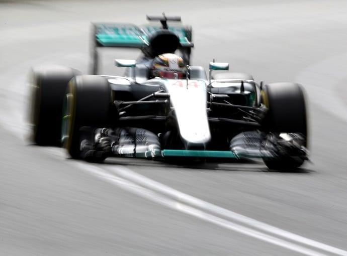 Hamilton começa a temporada com a pole