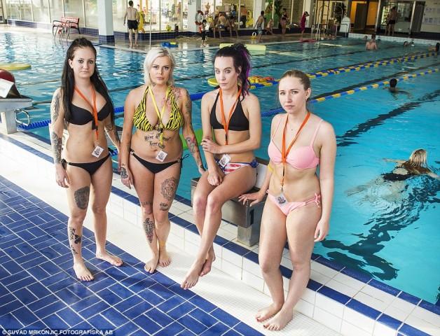 'Patrulheiras de biquini' fiscalizam piscinas para coibir assédio (Crédito: Reprodução)