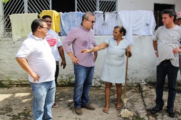 Firmino conversa com moradores durante a faxina