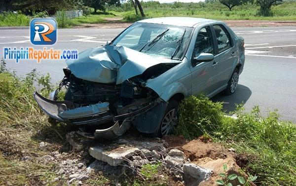 Homem perde controle de carro após ser perseguido por motociclistas (Crédito: Reprodução)