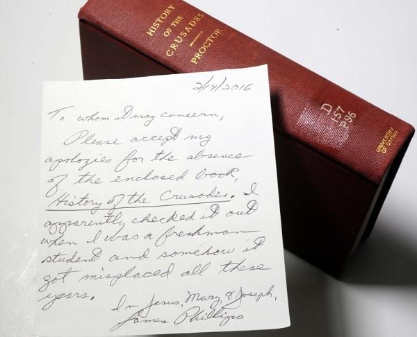 Homem devolve livro para biblioteca após 49 anos e pede desculpas (Crédito: Reprodução)