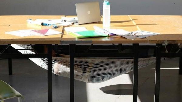 Estudante cria rede para pessoas 'tirarem uma soneca' após o almoço (Crédito: Reprodução)