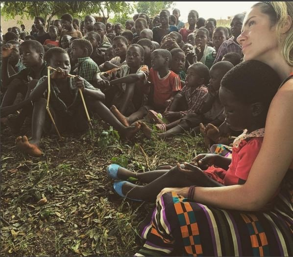 Giovanna Ewbank com crianças na África