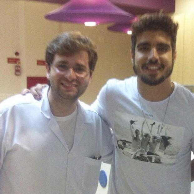 Caio Castro durante visita a hospital  (Crédito: Divulgação)