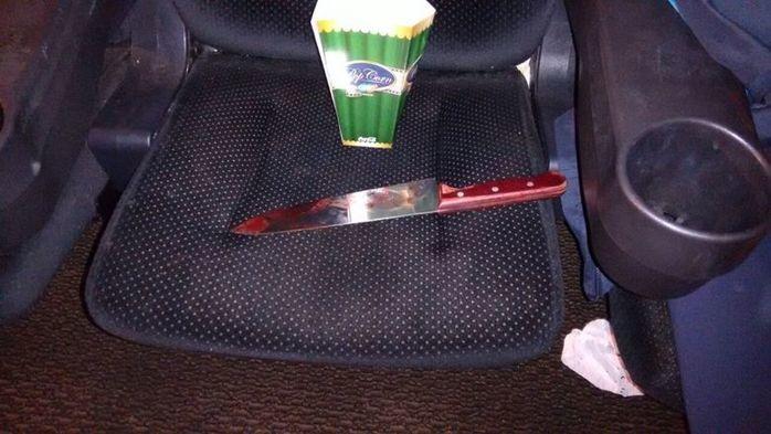 Junto ao corpo foi encontrado uma faca e um saco de pipocas