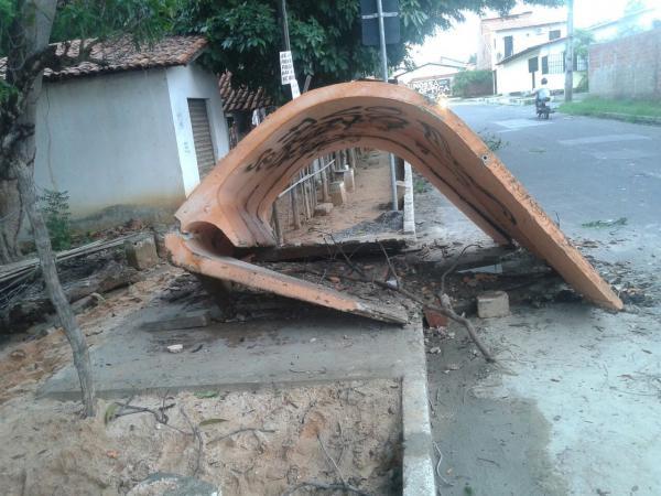 Para de ônibus foi derrubada por moradores