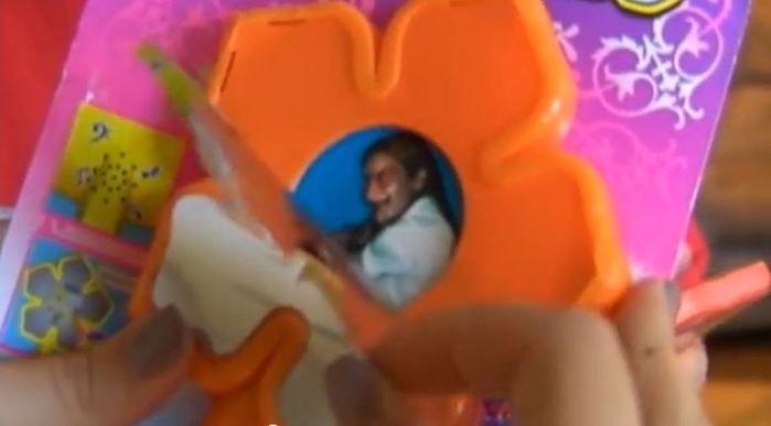 Mulher compra brinquedo para filha e encontra imagem assustadora (Crédito: Reprodução)