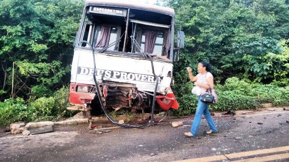 Ônibus ficou bastante danificado