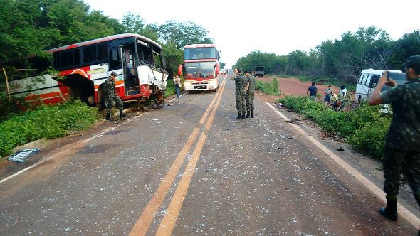 Veículos foram parar fora da rodovia (Crédito: Revista Az)