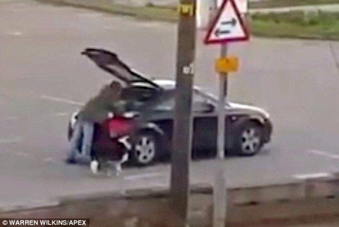 Mendigo aparece misteriosamente com carro de luxo e gera revolta (Crédito: Reprodução)