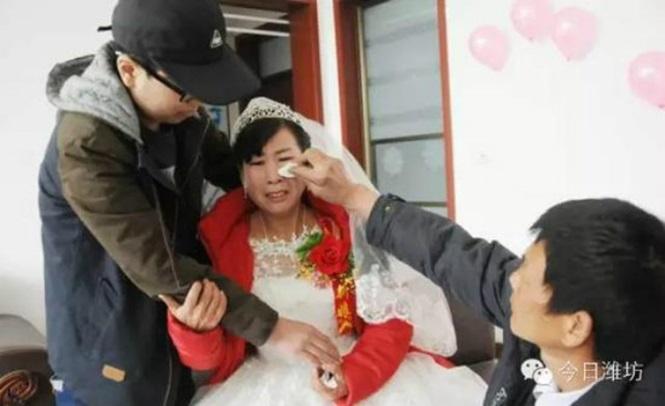 Feng Tiancai, mãe do jovem, estava bastante emocionada
