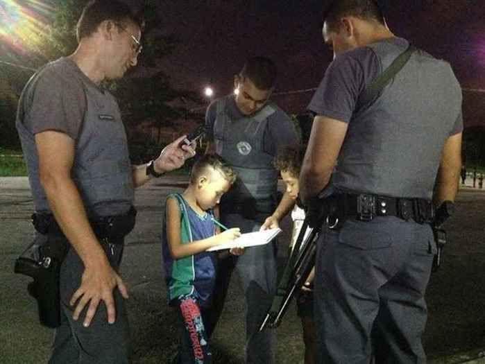 Garoto pede ajuda aos policiais para fazer exercício