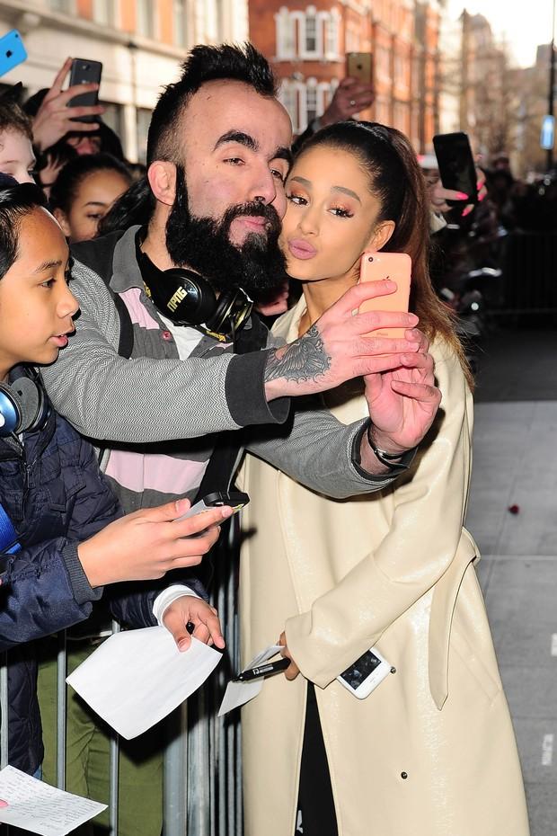 Ariana Grande tira foto inusitada com fã em Londres (Crédito: AKM-GSI/ Agência)