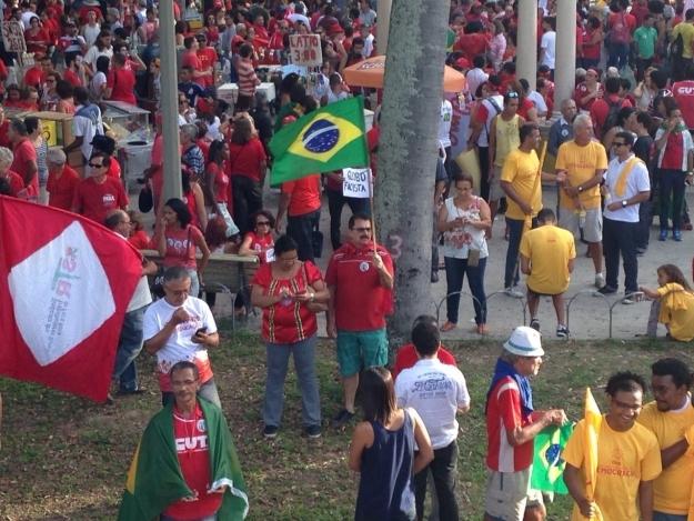 Militantes em praça de Recife-PE