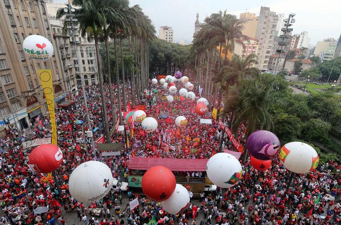Manifestação de apoio à Dilma  (Crédito: Estadão )