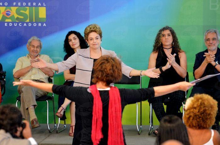 Dilma em encontro com artistas e intelectuais (Crédito: Agência Brasil )