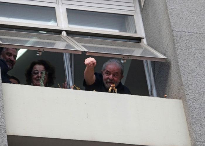 Lula acena para os militantes do PT (Crédito: Estadão )
