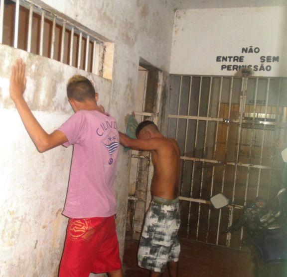 Homem preso e adolescente apreendido (Crédito: Portal do Catita )